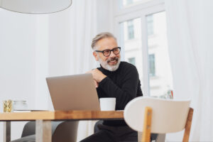Lächelnder Businessmann am Laptop