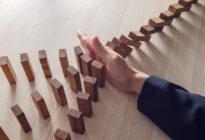 Hand mit Dominosteinen