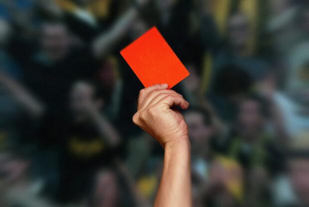 Hand zeigt rote Karte
