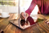 Mann schreibt digitale Signatur auf Pad