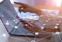 Remote work-Konzept: Von Zuhause aus arbeiten mit Laptop und Smartphone