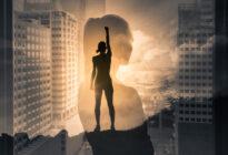 Silhouette einer erfolgreichen Geschäftsfrau vor Skyline