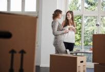 Zwei weibliche Angestellte im neuen Büro