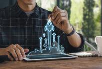 Porträtfoto von Mann mit Startup-Symbol oberhalb von Pad
