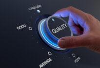 Customer Experience fördern mit Hand an einem Button