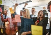 Businessleute, die sich freuen und Brainstorming im Büro machen